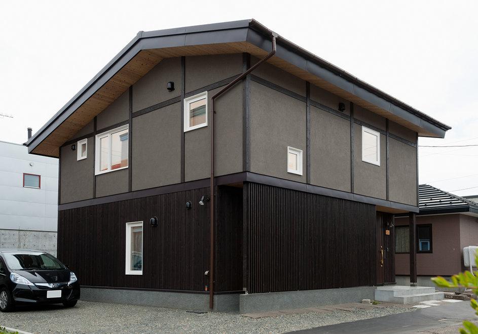 昭和モダンな家を現在の技術で作るとどんな感じ?古い町並みにしっくりと馴染む、古くて新しいデザイン。