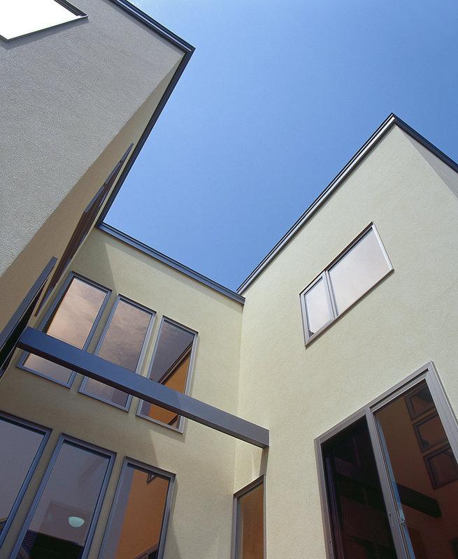 階段と、吹き抜けから差し込む陽射しが特徴