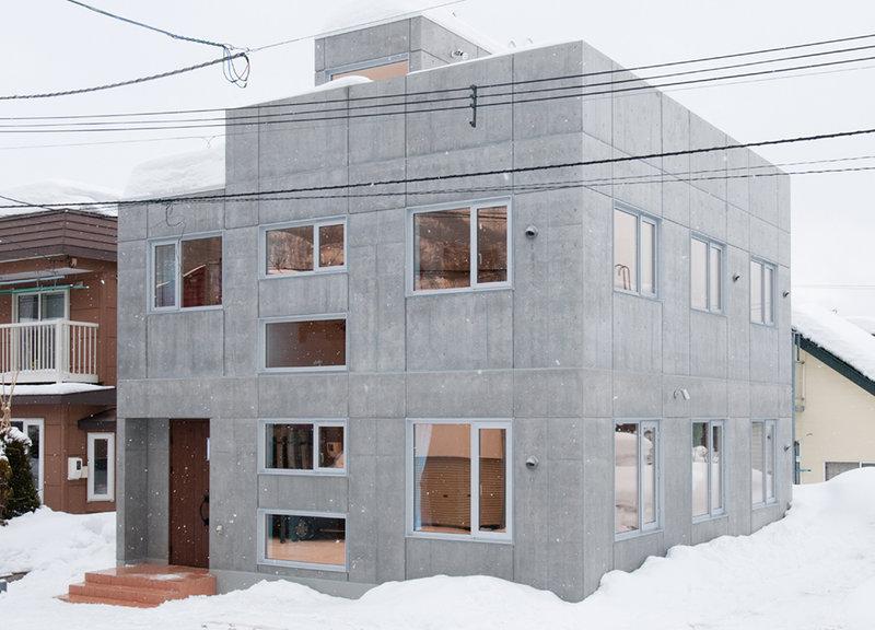 シャープなコンクリートの素材感に木目の温かみをプラス