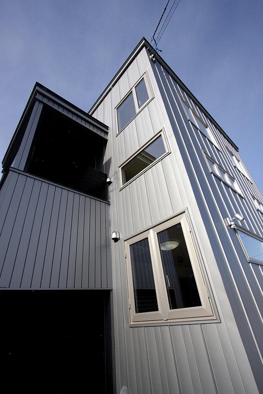 美しく印象的なデザイン住宅で、ペットと一緒の暮らし