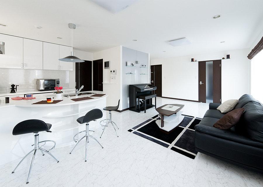 【大理石調のフロアに、オリジナルのキッチンが映える家】ヴァーチャルモデルハウス