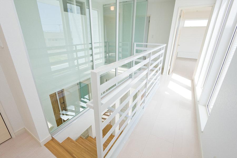 【玄関から一歩入ると広がる、吹き抜けの明るい空間】ヴァーチャルモデルハウス