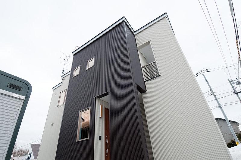 広いLDKと、収納や鏡などアイデアが光る家