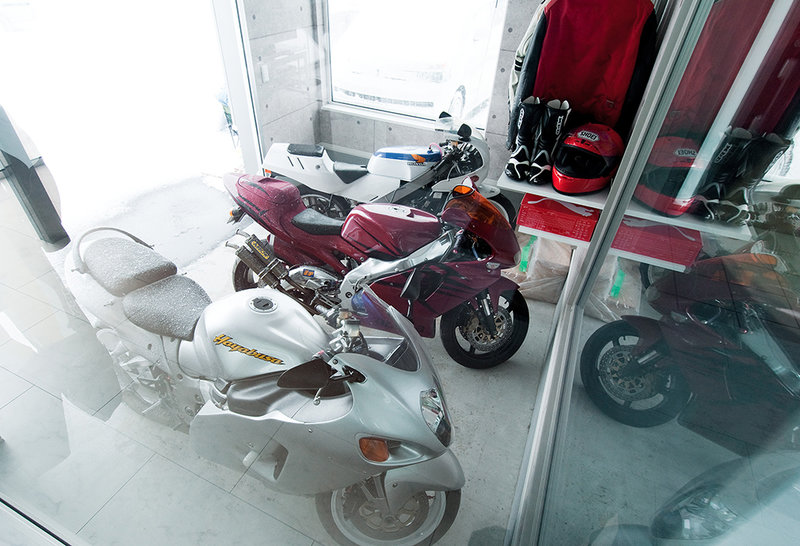 スケルトンの渡り廊下とバイク庫。解放感にこだわった家