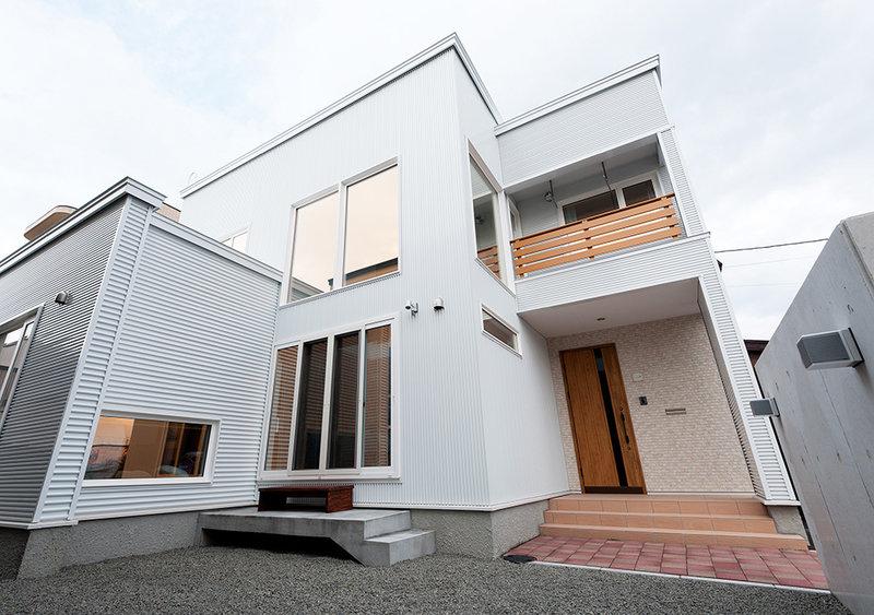 吹き抜けからの採光たっぷり!白基調の明るい家